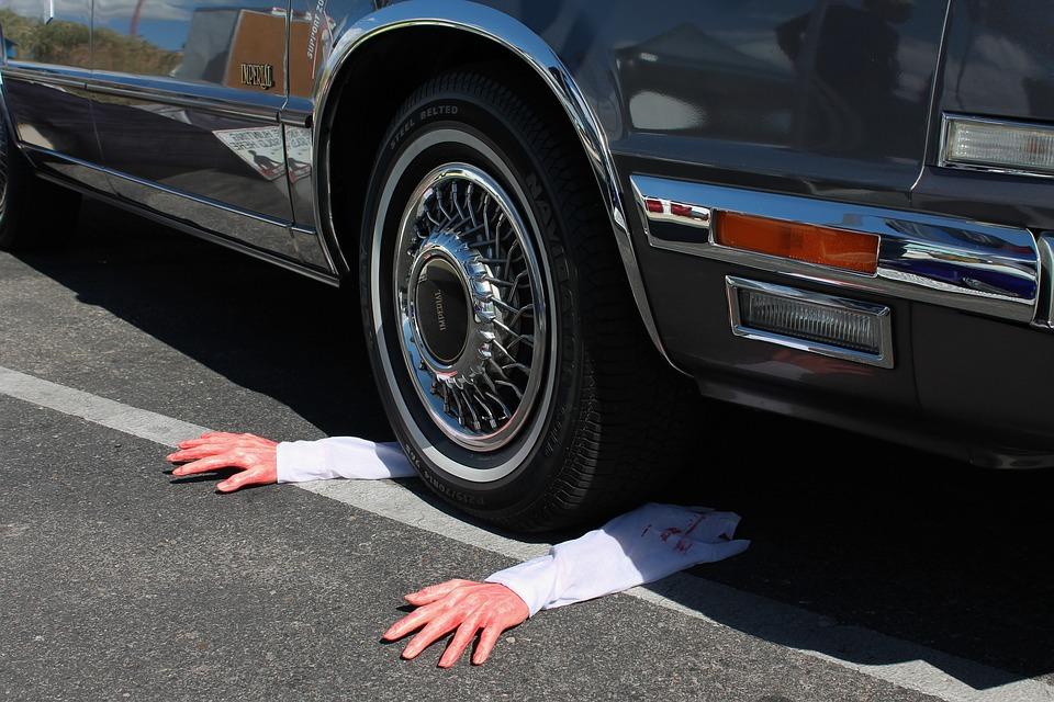 člověk pod autem