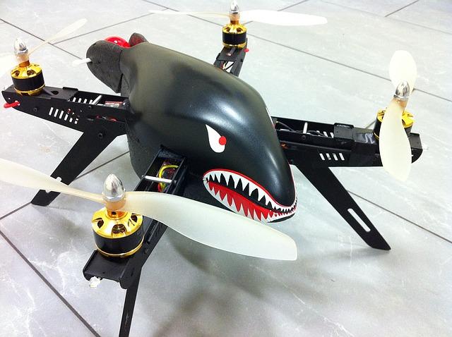 dron ve tvaru žraloka
