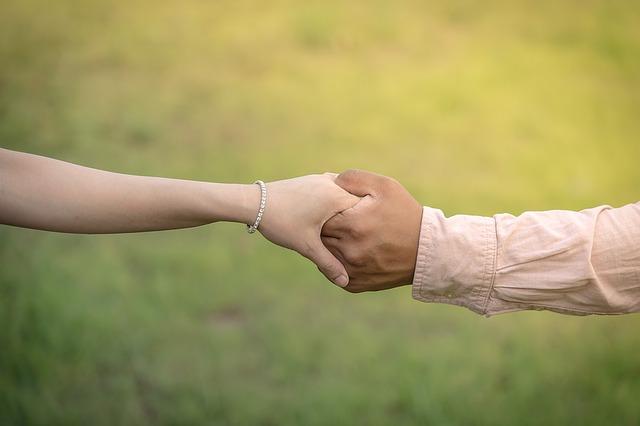 on a ona se drží za ruce