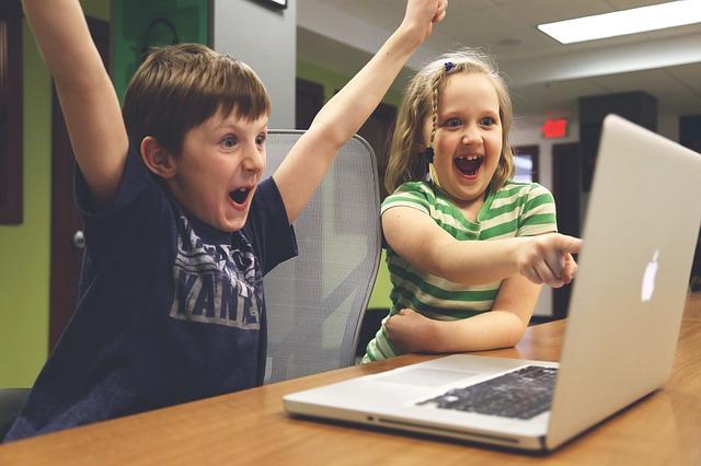 děti s notebookem