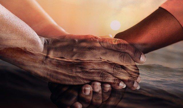držící se ruce