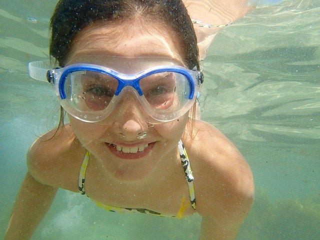Potápění se v bazénu