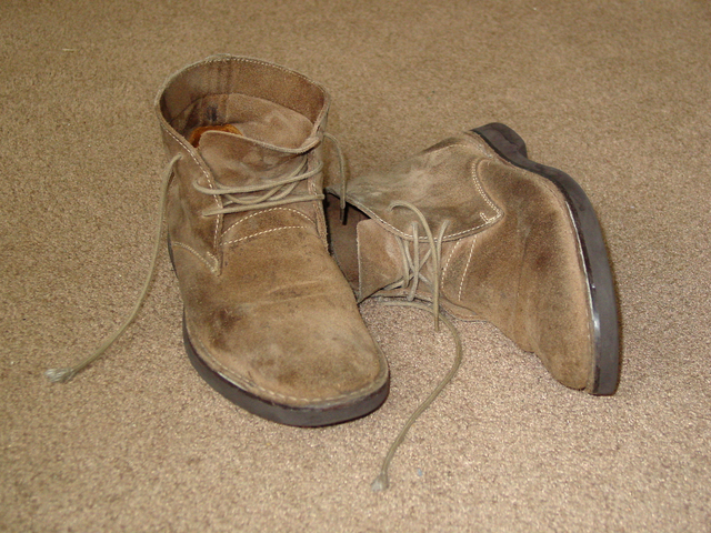 boty na koberci